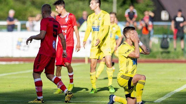 Matěj Šimon z Varnsdorfu se chytá za hlavu poté, co v utkání proti Líšni pálil jen do tyče.