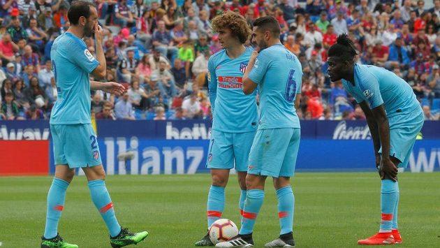 Fotbalisty Atlética Madrid opouští opora obranných řad Diego Godín (vlevo).