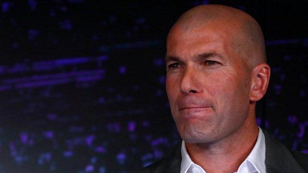 Staronový kouč fotbalistů Realu Madrid Zinédine Zidane na tiskové konferenci.