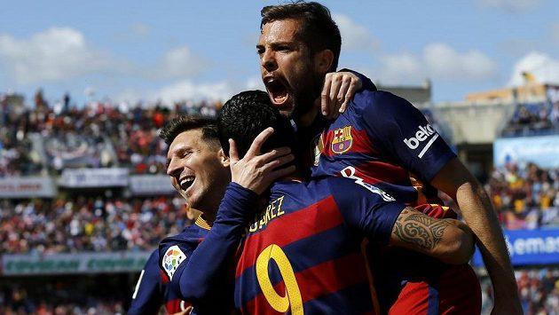 Barcelona slaví! Z titulu se radují Luis Suárez (zády), Lionel Messi (vlevo) a Jordi Alba.