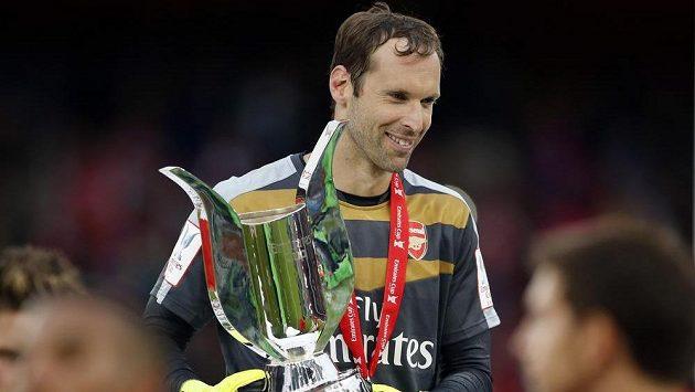 Český gólman Arsenalu Petr Čech s trofejí pro vítěze Emirates Cupu.