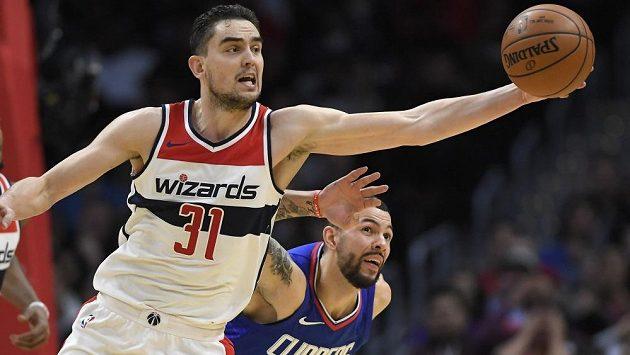 Basketbalista Tomáš Satoranský z Washingtonu získává míč v souboji s LA Clippers, za ním na fotce Austin Rivers.