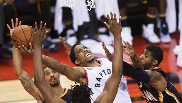 Vypjaté boje v play off NBA - DeMar DeRozan (10) z Toronta Raptors a hned trojice protihráčů z Indiany zprava Paul George, Myles Turner a George Hill.