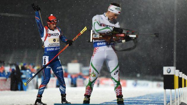 Český biatlonista Michal Šlesingr (vlevo) na střelnici s Vladimirem Čepelinem z Běloruska.