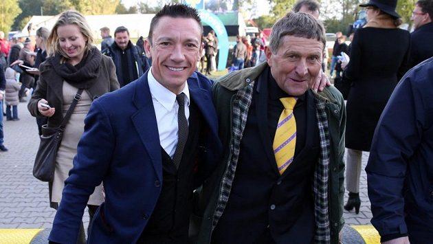 Legendární český žokej Josef Váňa (vpravo) a italská hvězda Frankie Dettori v přátelském objetí během letošní Velké pardubické.