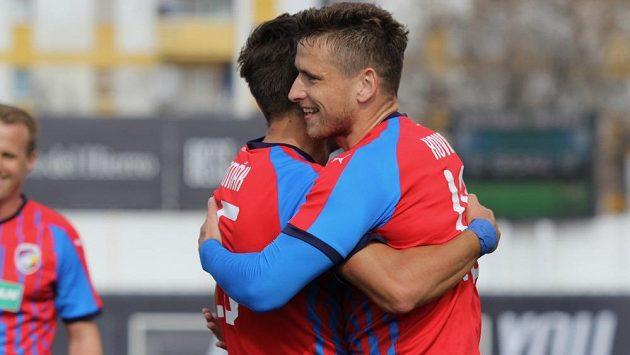 Jan Kovařík (vpravo) s Alešem Čermákem slaví jeden ze čtyř gólů v přípravě s ruským Krasnodarem na stadionu ve španělské Marbelle.