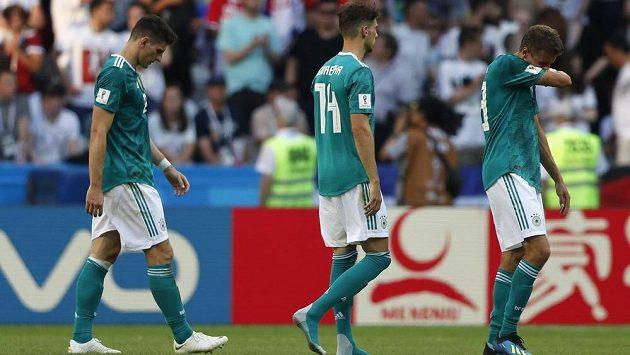 Němečtí fotbalisté zklamaně odcházejí ze hřiště po porážce s Koreou. Šampionát pro ně skončil.