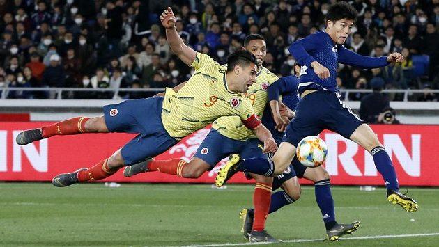 Kolumbijský kapitán Radamel Falcao se pokouší o vstřelení branky během přátelského utkání s Japonskem. Ilustrační foto.