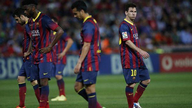 Zasmušilí fotbalisté Barcelony po ligové prohře v Granadě. Zcela vpravo Lionel Messi.