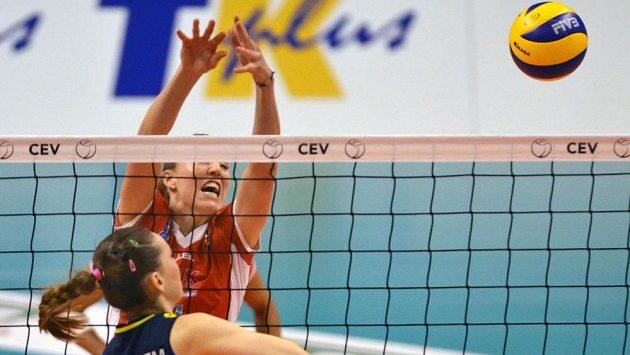 Eda Erdem Dündarová z Fenerbahce Istanbulu se snaží zablokovat Quintu Steenbergenovou (vzadu) z Prostějova.