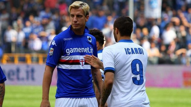 Maxi López (v modrém dresu) odmítl v polovině dubna podat ruku Maurovi Icardimu. Přebral mu totiž manželku.
