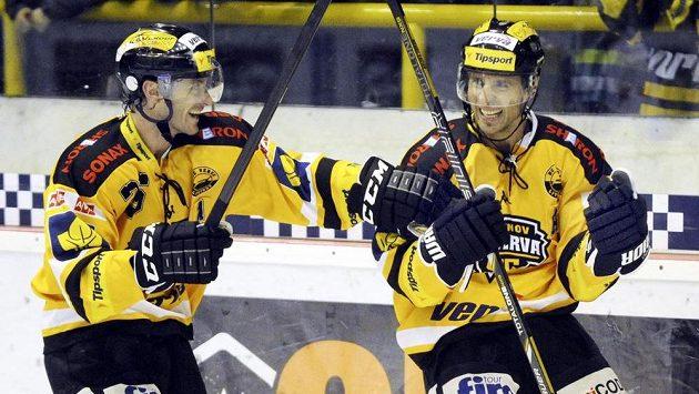 Martin Ručinský (vpravo) se raduje z gólu, kterým rozhodl o vítězství Litvínova 2:1 nad Plzní. Blahopřát mu přijíždí Viktor Hübl.