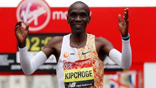 Eliud Kipchoge ovládl maraton v Londýně.