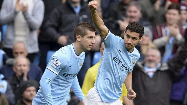 Záložník Manchesteru City Jesús Navas (vpravo) a jeho spoluhráč Matija Nastasič slaví gól v utkání s Tottenhamem.