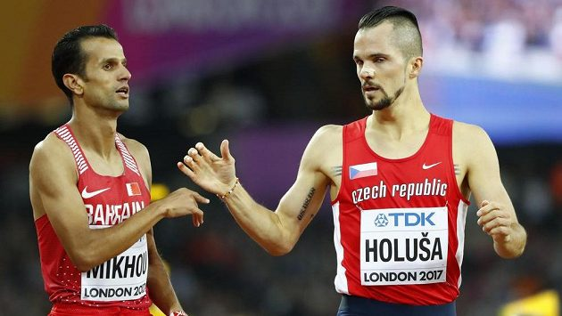 Jakub Holuša se raduje z postupu do semifinále běhu na 1500 m, vlevo Sadik Michú z Bahrajnu.