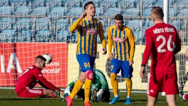 Fotbalová Opava věnuje první domácí ligový zápas, který se po přestávce vynucené pandemií koronaviru odehraje s diváky na tribunách, lidem bojujícím v první linii s nákazou covid-19.