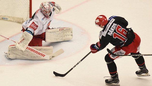 Brankář Patrik Rybár z Hradce Králové a Daniel Rákos z Třince ve 4. semifinále play off.