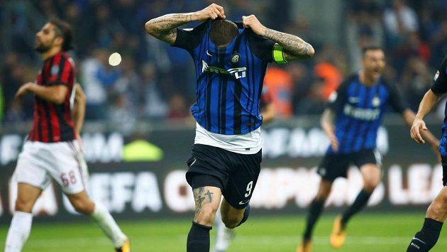 Mauro Icardi z Interu se raduje z gólu v dresby s AC Milán.