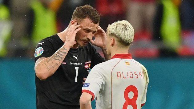 Rakušan Marko Arnautovic s Ezgjanem Alioskim ze Severní Makedonie si měli po zápase co vysvětlovat.