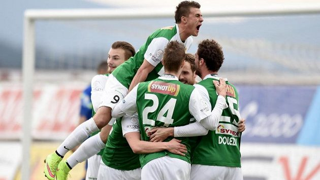 Fotbalisté Jablonce se radují z gólu Filipa Nováka (uprostřed).