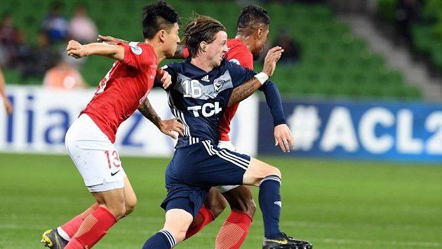Fotbalista Melbourne Victory Josh Hope (uprostřed)