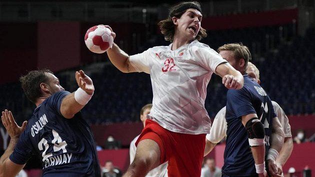 Házenkář Jacob Holm z Dánska během čtvrtfinálového zápasu olympijského turnaje s Norskem.