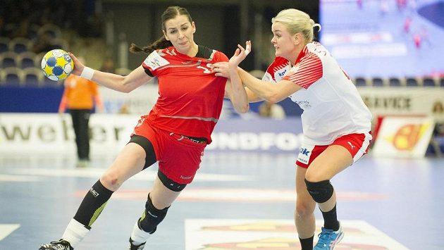 Česká reprezentantka Iveta Luzumová (vlevo) se probíjí dánskou obranou.