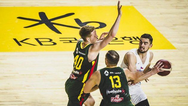 Čeští basketbalisté zakončili přípravu na mistrovství světa porážkou 79:82 s Litvou. Tomáš Satoranský se snaží rozehrát přes dvojici bránících soupeřů.