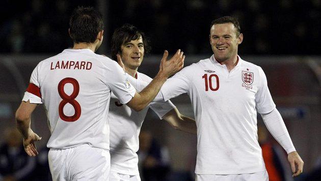 Fotbalisté Anglie Wayne Rooney (vpravo), Frank Lampard a Leighton Baines se radují z gólu proti San Marinu.