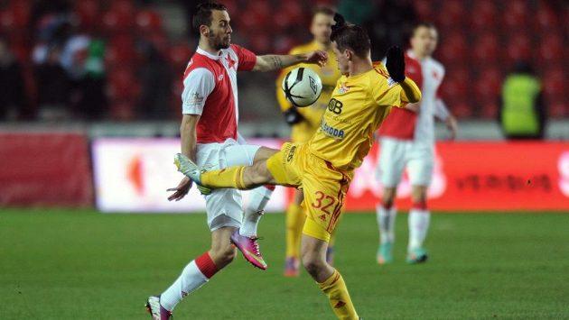 Jan Vošahlík ze Slavie Praha (vlevo) a Tomáš Borek z Dukly Praha během utkání 22. kola Gambrinus ligy.
