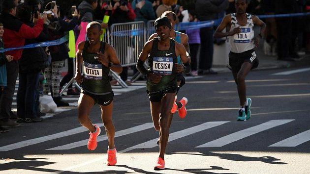Etiopané Lelisa Desisa a Shura Kitata při newyorském maratonu.