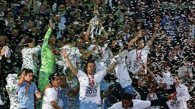 Fotbalisté Lazia Řím se radují ze zisku Italského poháru.