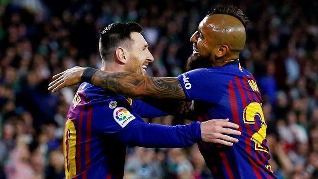 Barcelonská radost. Lionel Messi slaví vstřelený gól se spoluhráčem Arturo Vidalem.