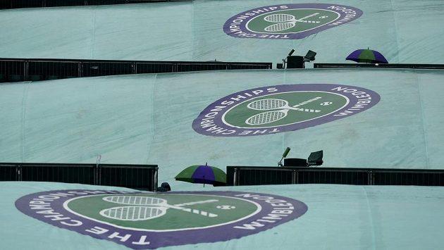 Deštivé počasí trápí pořadatele Wimbledonu, po 12 letech se bude v Londýně hrát i první neděli.