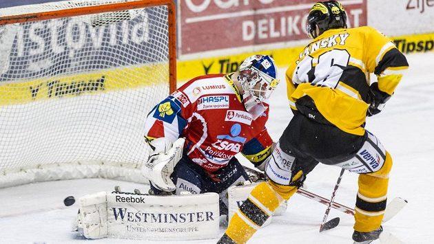 Útočník Peter Janský střílí třetí gól Litvínova, pardubický brankář Karel Vejmelka už zasáhnout nestačil.