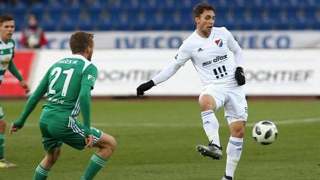 Martin Hašek ml. z Bohemians (vlevo) a Adam Jánoš z Baníku Ostrava v duelu 18. kola fotbalové ligy