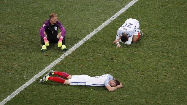 Smutek. Brankář Joe Hart (vlevo nahoře), záložník Dele Alli (vpravo nahoře) a obránce Gary Cahill vědí, že ve Francii už žádný další zápas neodehrají.