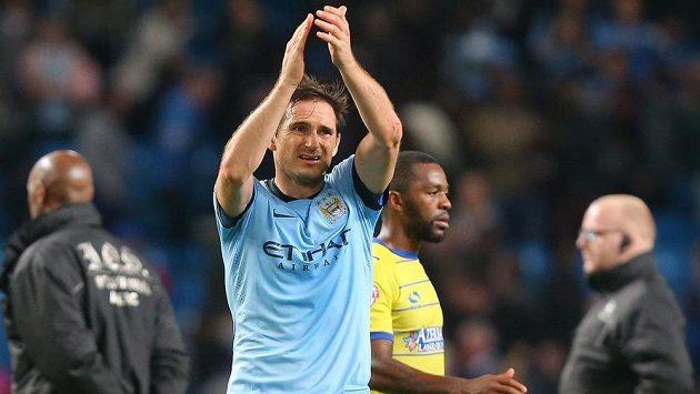 Záložník Manchesteru City Frank Lampard aplauduje fanouškům po vítězném utkání Ligového poháru nad Sheffieldem.