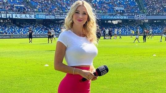 Pohledná italská moderátorka Diletta Leottaová se stala terčem sexuálních narážek fanoušků Neapole.