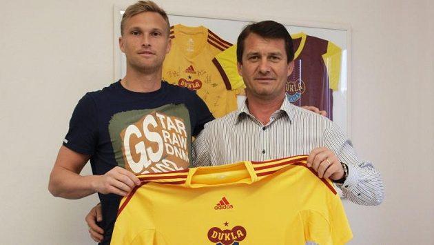 Ľuboš Hanzel, slovenský přírůstek v kádru Dukly, se sportovním ředitelem klubu Günterem Bittengelem.