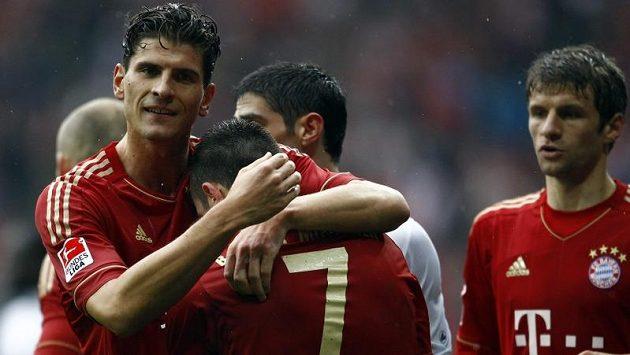 Fotbalisté Bayernu Mnichov se radují z gólu proti Hannoveru.