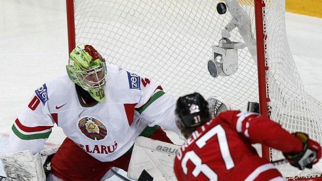 Kanaďan Ryan O'Reilly (vpravo) překonává běloruského gólmana Dmitrije Michalkova.