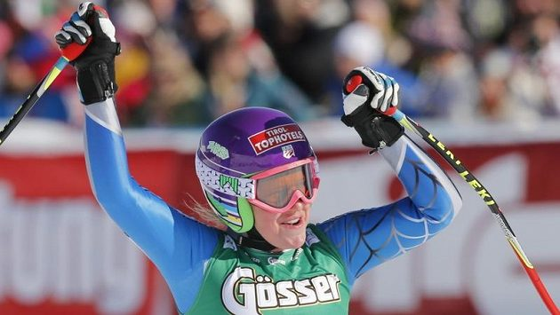 Američanka Alice McKennisová se raduje z triumfu ve sjezdu Světového poháru v rakouském St. Antonu