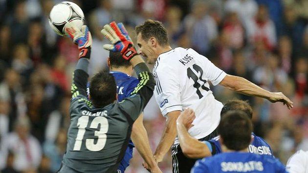 Miroslav Klose střílí další gól do řecké sítě ve čtvrtfinále ME