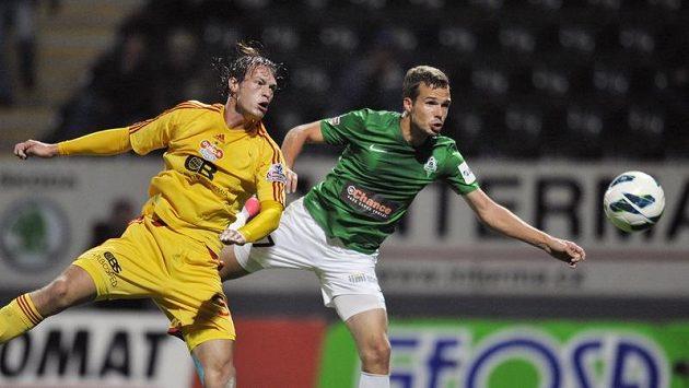 Tomáš Borek (vlevo) z Dukly Praha nedokázal zabránit Filipu Novákovi z Jablonce při gólové hlavičce.