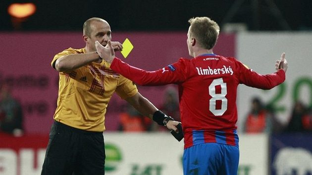 Plzeňský bek David Limberský dostává žlutou kartu v utkání proti Hapoelu Tel Aviv.