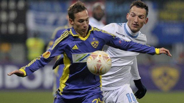 Libor Kozák (vpravo) v zápase s Mariborem.