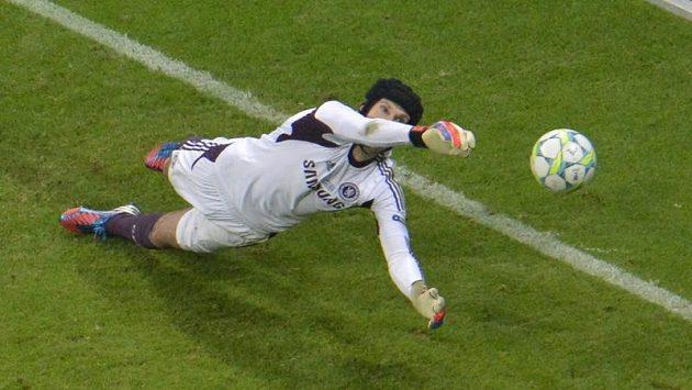 Petr Čech likviduje penaltu v rozstřelu.