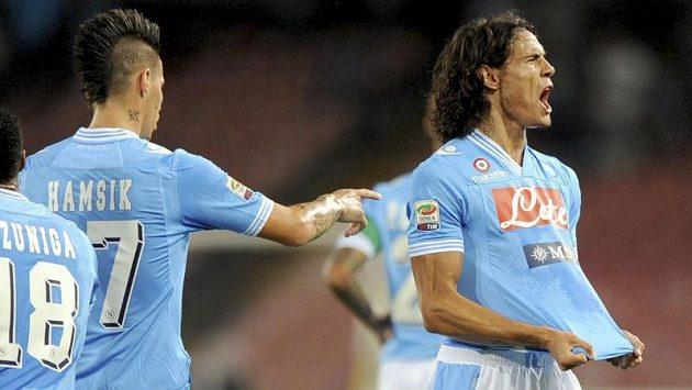 Útočník Neapole Edinson Cavani (vpravo) se raduje ze vstřeleného gólu do sítě Lazia Řím. Vpravo mu gratuluje Marek Hamšík.