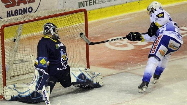 Vojtěch Němec z Komety Brno střílí jediný gól Kladnu v nájezdech. Pro Rytíře sezóna skončila.